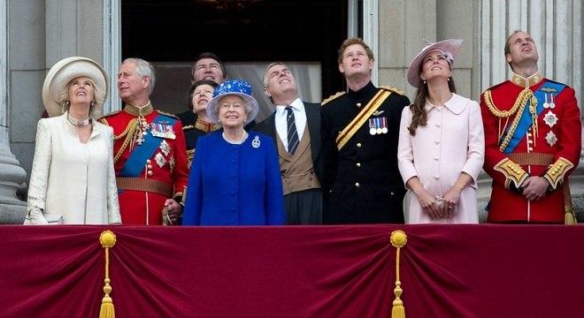 Família real tem orçamento bilionário e propriedades de mais de 800 anos