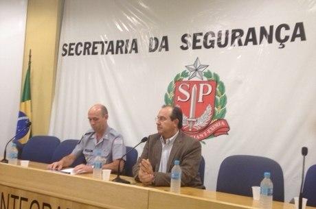 Grella ao lado do comandante-geral da PM, Benedito Meira, durante coletiva na tarde deste domingo