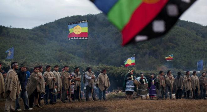 """Índios mapuche esperam para receber membros de outras comunidades para participar de um """"guillatun"""", uma cerimônia espiritual para pedir o bem-estar do clã e fortalecer os laços, em Ercilla, no Chile"""