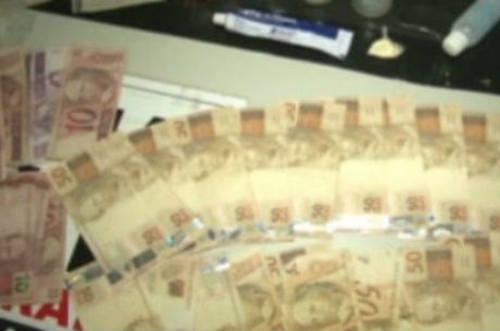 Dinheiro apreendido na casa do braço direito do traficante procurado