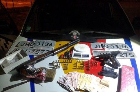 Com o acusado, foi apreendida uma pistola calibre 9 milímetros municiada, além de droga, placas de véiculos roubados e dinheiro