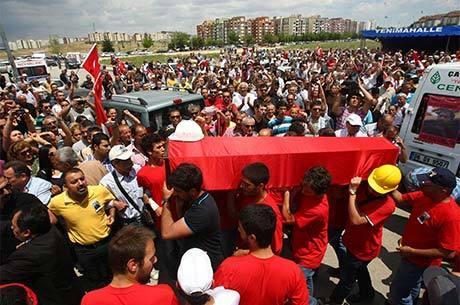 Turcos carregam caixão de Ethem Sarisuluk, uma das cinco pessoas mortas durante confrontos