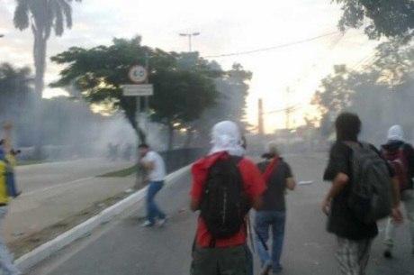 Manifestantes se protegem do gás com panos e vinagre