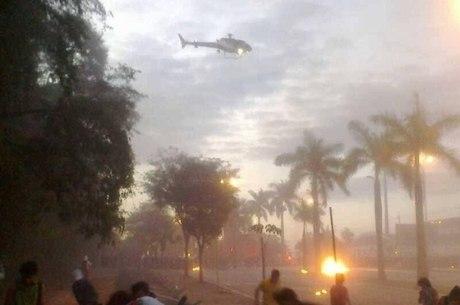 Manifestantes denunciam que policiais em helicópteros ajudam a jogar bombas