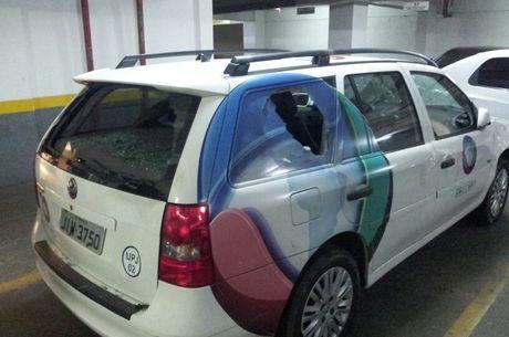 Eles jogaram pedras nos vidros do veículo