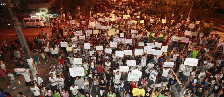Manifestantes tomam conta das ruas de Belém nesta segunda-feira (17)