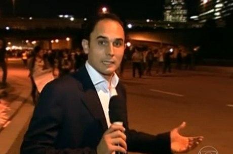Jornalista da Globo não usa cubo com logo da emissora