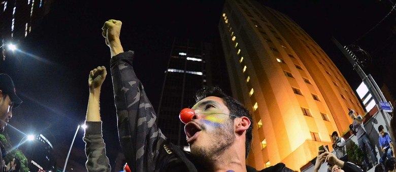 Após tomar as ruas da cidade de São Paulo, parte do grupo de manifestantes acampa em frente à sede do Governo