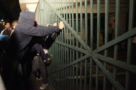 Manifestantes tentam invadir Palácio do Governo