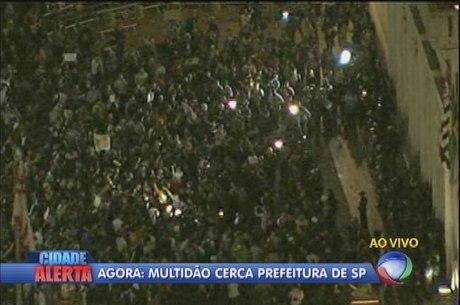 Manifestantes cercam a Prefeitura de São Paulo