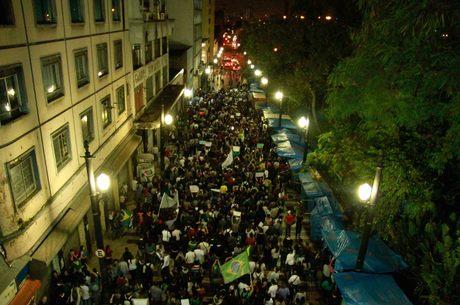 Milhares de pessoas foram às ruas mais uma vez nesta terça-feira