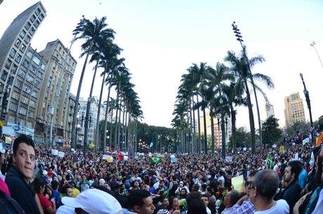 Praça da Sé ficou tomada por manifestantes nesta terça-feira