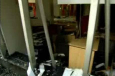 Os vidros dos bancos invadidos pelos vândalos foram quebrados