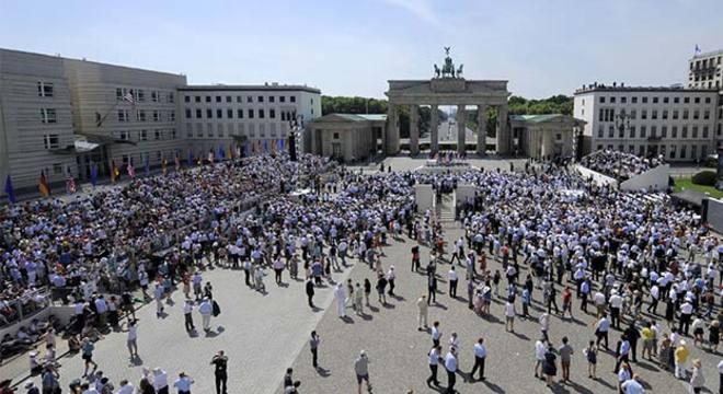 Simpatizantes de Barack Obama se reúnem em Berlim à espera do discurso do presidente americano