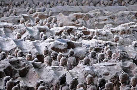Na região se encontram, entre outros tesouros, o mausoléu do primeiro imperador Qin Shihuang, com seu famoso Exército de Terracota (foto)