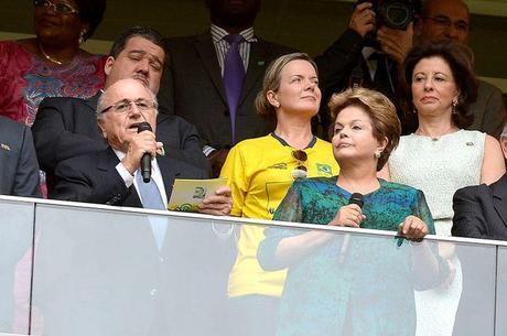 """Blatter com Dilma: os dois foram vaiados na estreia do Brasil nas Confederações. Dirigente acha que os protestos """"vão se acalmar"""""""