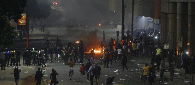 Centro da cidade se transformou em uma praça de guerra na noite desta quinta-feira