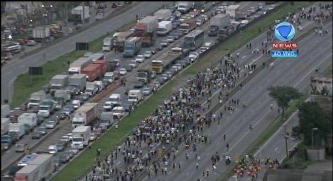 Cerca de 1.000 pessoas protestavam pacificamente na rodovia no fim da tarde desta sexta-feira