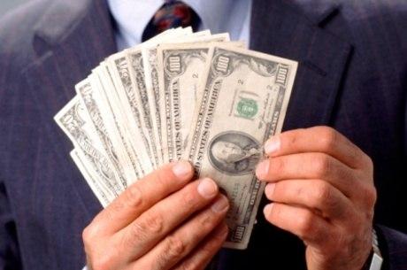 Moeda americana valia R$ 3,10 por volta de 10h30 desta segunda