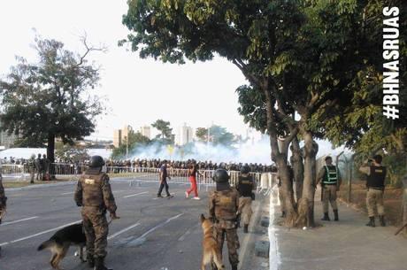 Confrontos em BH começam quando manifestantes tentam invadir a área da Fifa