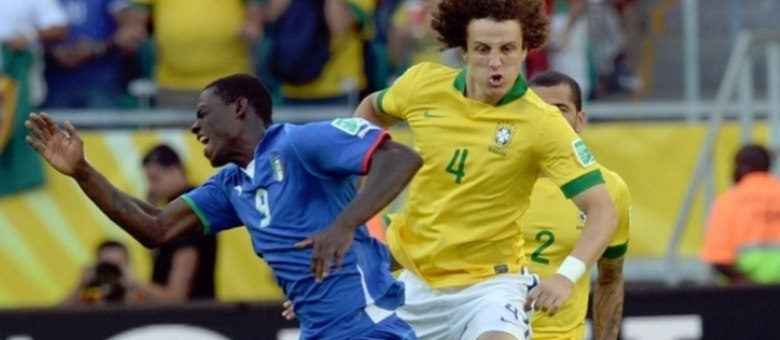 Balotelli e Davi Luiz em disputa de bola na partida entre Brasil e Itália