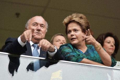 Joseph Blatter, presidente da Fifa, e Dilma: na mira dos críticos