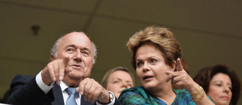 Blatter, ao lado da presidente Dilma Rousseff: presidente da Fifa não encontrou vida fácil no Brasil