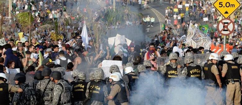 Polícia usa armamento comprado especialmente para os eventos esportivos realizados no Brasil