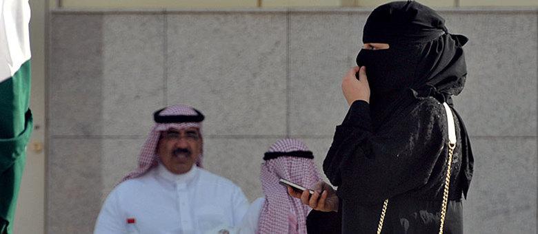 Na Arábia Saudita está vigente uma estrita interpretação da lei islâmica (sharia), que impõe a segregação dos sexos em espaços públicos