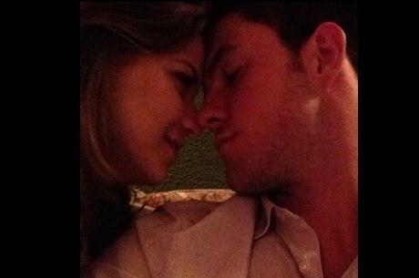 Milena Toscano e namorado posam juntinhos