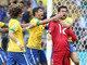 """Após salvar o Brasil em defesa de pênalti, Julio Cesar foi abraçado pelos jogadores da seleção brasileira. Fred, Thiago Silva e David Luiz foram os que mais vibraram com o """"milagre"""" do camisa 12"""
