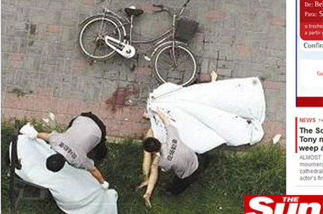 As imagens do local mostram o homem e a mulher caídos no chão