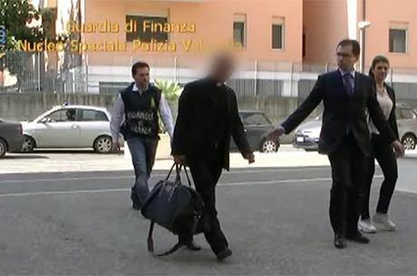 Imagem divulgada na sexta-feira (28) mostra Scarano sendo escoltado por policiais
