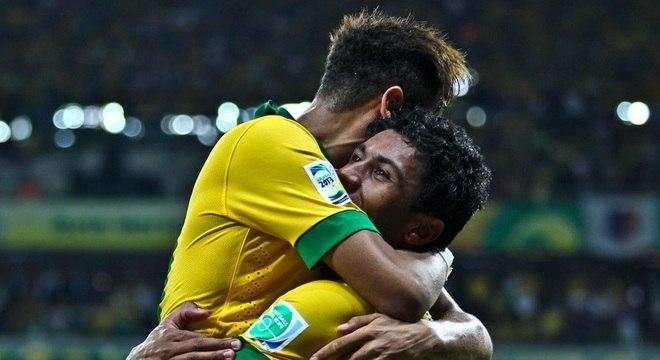 Neymar e Paulinho comemoram o gol da classificação contra o UruguaiPaulinho e Neymar
