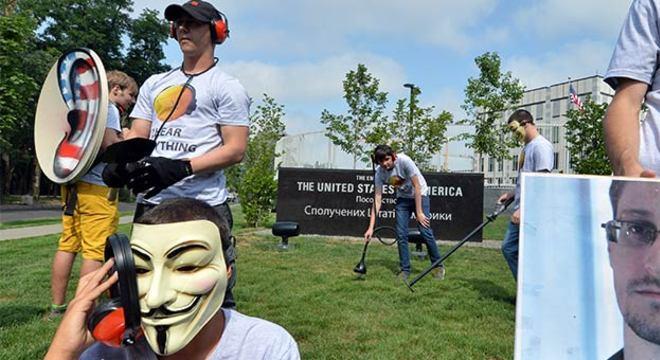 Ativistas do Partido da Internet na Ucrânia protestaram esta semana em frente à embaixada norte-americana em Kiev contra o esquema de espionagem dos EUA, revelado por Snowden