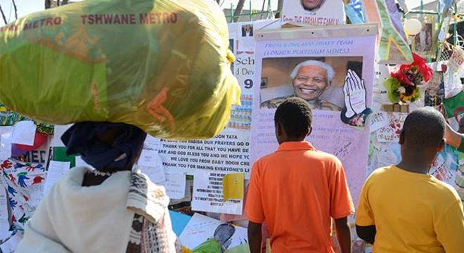 A frente do hospital onde Mandela continua internado está tomado de simpatizantes do presidente