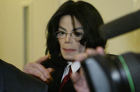 Cantor evita a imprensa em abril de 2004, durante julgamento sobre casos de abusos, dos quais foi absolvido