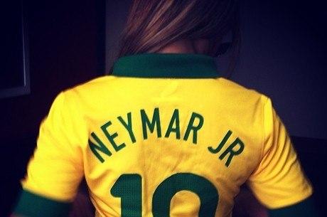 Irmã do Neymar veste a camisa e promete aplaudir o craque