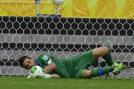 Buffon defende pênalti cobrado por Gargano neste domingo (30), garantindo o terceiro lugar