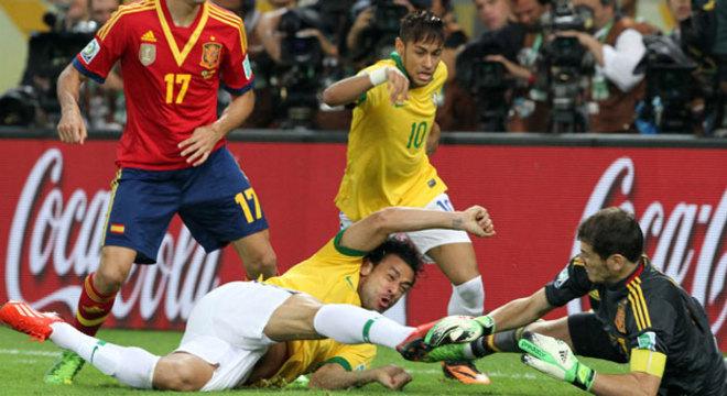 Fred, mesmo deitado, marca o primeiro gol do Brasil contra a Espanha, logo aos 2 minutos de partida