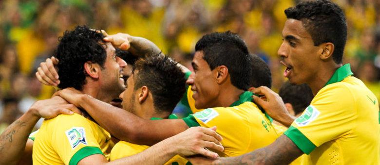 Jogadores comemoram o segundo gol de Fred, na vitória por 3 a 0 sobre a Espanha