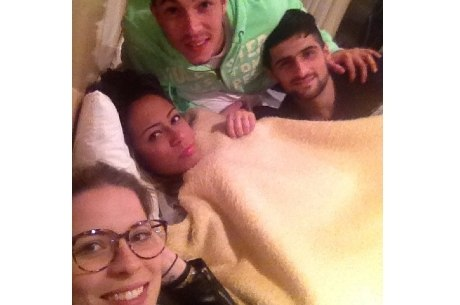 Irmã de Neymar bate papo com amigos até altas horas