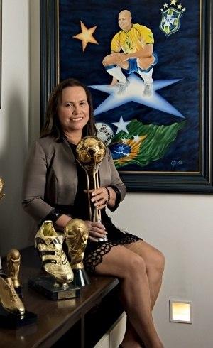 Dona  Sônia posou com os troféus do filho