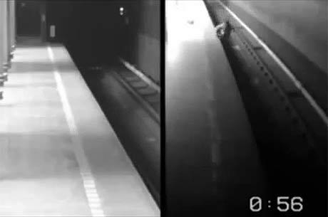 Câmeras flagram o momento em que ela despenca da plataforma