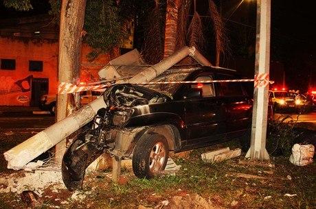 Carro envolvido em acidente ficou completamente destruído