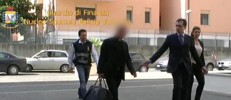 Monsenhor Nunzio Scarano é escoltado por policiais após ser preso em Roma