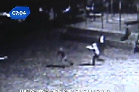 Câmera flagra o momento que criminoso efetua os disparos