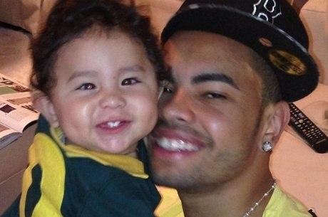 Atleta postou foto antiga ao lado do menino de dez meses de idade