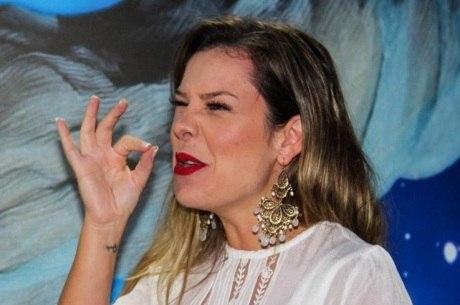 Fernandinha faz brincadeira com perna de Ana Hickmann