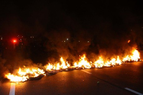 Manifestações fecharam as duas pistas da rodovia nesta quinta-feira